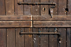 hölzerne Tür mit Türschloß Stockfotografie