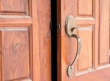 Hölzerne Tür offen Lizenzfreie Stockfotos