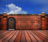 Hölzerne Tür und alte Backsteinmauer Stockfotos