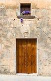 Hölzerne Tür und Fenster des Mittelmeerhauses Stockfotografie