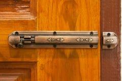 Hölzerne Tür und Stahlriegel Lizenzfreie Stockfotografie