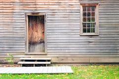 Hölzerne Tür, Wand und Fenster der Weinlese stockfotos