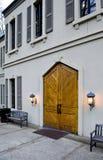 Hölzerne Tür am Weinkellereieingang Lizenzfreie Stockfotos