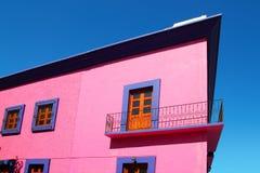 Hölzerne Türen der mexikanischen rosafarbenen Hausfassade Stockfotos