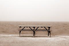 Hölzerne Tabelle auf Strand Lizenzfreies Stockfoto