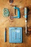 Hölzerne Tabelle der Weinlese mit Bohrgerät, Schraubenzieher, Klammer, Senklot und Seil Lizenzfreies Stockbild