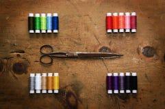 Hölzerne Tabelle der Weinlese mit Spule farbigen Threads und scissor Stockbild