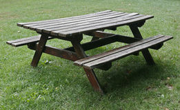 Hölzerne Tabelle des Picknicks getrennt Lizenzfreie Stockfotos