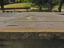 Hölzerne Tabelle gemacht von den hölzernen Planken Stockfotos