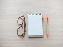 Hölzerne Tabelle mit leerem Bildschirm für Text auf Notizblockpapier, zeichnen a an Lizenzfreie Stockbilder