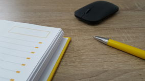 Hölzerne Tabelle mit Maus, Stift und Tagesordnung Stockfoto