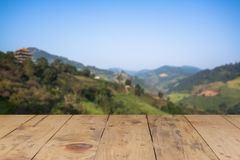 Hölzerne Tabelle und Bergblick auf Hintergrund Stockfotografie
