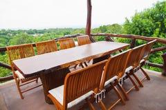 Hölzerne Tabelle und Stühle lizenzfreie stockbilder