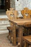 Hölzerne Tabelle und Stühle Lizenzfreies Stockfoto