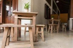 Hölzerne Tabelle und Stuhl Stockbild