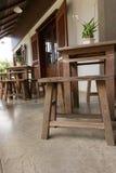 Hölzerne Tabelle und Stuhl Stockfotografie
