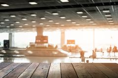 Hölzerne Tabelle Undeutlicher abstrakter Hintergrund von den Reisenden, die FO warten lizenzfreie stockfotografie