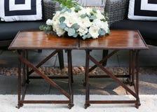 Hölzerne Tabelle verziert mit weißen Rosen Stockfotografie