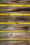 Hölzerne Tabellen über gelbem Hintergrund Stockfoto