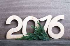 Hölzerne Tabellen 2016 und Niederlassung des Weihnachtsbaums auf Grau flehen an Stockbilder