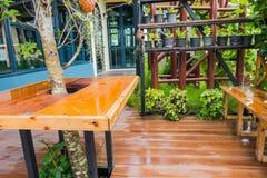Hölzerne Terrasse außerhalb des Hauses in der Regenzeit Lizenzfreie Stockbilder