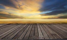 Hölzerne Terrasse gegen schönen düsteren Himmel an der Seeseite Stockbilder