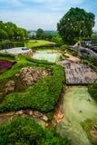 Hölzerne Terrasse im Park und im Pool Stockbild