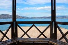 Hölzerne Terrasse mit Seeansichten Griechenland, Salamis Stockbilder