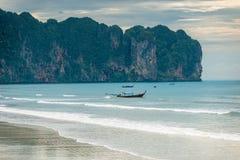 Hölzerne thailändische traditionelle Boote im Meer weg vom Strand Stockbilder