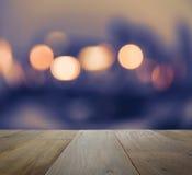 Hölzerne Tischplatte auf abstraktem Hintergrund mit bokeh defocused Licht Stockfoto