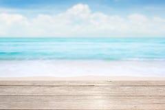 Hölzerne Tischplatte auf blauem See- u. Himmelhintergrund Stockbilder