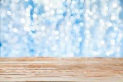 Hölzerne Tischplatte auf hellblauem abstraktem Hintergrund lizenzfreie stockfotografie