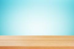 Hölzerne Tischplatte auf Steigungsblauhintergrund Lizenzfreies Stockfoto