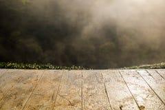 Hölzerne Tischplatte auf Teeplantage Stockbilder