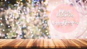 Hölzerne Tischplatte auf Unschärfe Weihnachtsbaumhintergrund Lizenzfreie Stockbilder