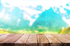 Hölzerne Tischplatte auf Unschärfegebirgshintergrund Lizenzfreies Stockbild
