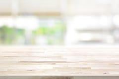 Hölzerne Tischplatte auf Unschärfeküchen-Fensterhintergrund lizenzfreies stockfoto