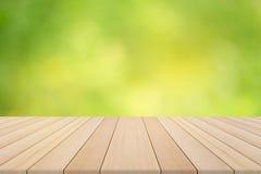 Hölzerne Tischplatte auf unscharfem Hintergrund der Natur Grün Lizenzfreie Stockbilder