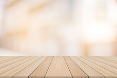 Hölzerne Tischplatte auf unscharfem Hintergrund vom Gebäude Lizenzfreies Stockfoto