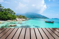 Hölzerne Tischplatte auf unscharfer ko lipe Touristenattraktion wunderbar Stockbilder