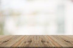 Hölzerne Tischplatte auf Weiß verwischte Hintergrund vom Gebäude Stockbilder
