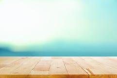 Hölzerne Tischplatte auf weißem blauem Steigungshintergrund Lizenzfreie Stockbilder