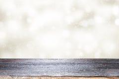 Hölzerne Tischplatte auf weißem bokeh Zusammenfassungshintergrund Lizenzfreie Stockfotografie