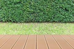 Hölzerne Tischplatte im Garten Lizenzfreie Stockfotos