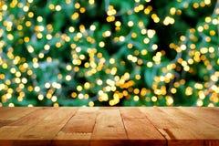 Hölzerne Tischplatte mit bokeh vom dekorativen Licht auf Weihnachten-tre Stockfotos
