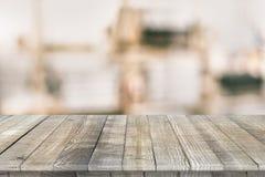 Hölzerne Tischplattenperspektive für Produktplatzierung Stockfotos
