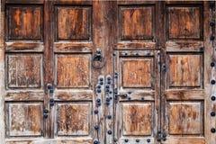 Hölzerne Tore der Mitte des Jahrhunderts mit Eisennieten nah oben lizenzfreie stockfotografie