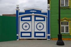 Hölzerne Tore mit geschnitzten dekorativen Elementen stockbilder