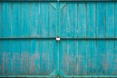 Hölzerne Tore mit Vorhängeschloß Stockfoto