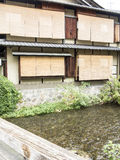 Hölzerne traditionelle Häuser entlang Shirakawa-Kanal in altem Gion Stockbild